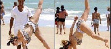 Келли Брук стала пляжным акробатом
