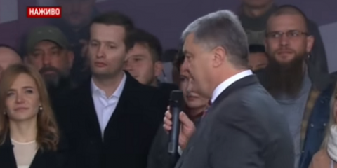 """""""Ти ж мене підманула"""", - Порошенко спел на """"Олимпийском"""""""