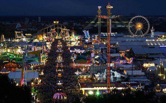 Десятки тысяч посетителей празднуют фестиваль «Октоберфест» на лугу Терезы в Мюнхене