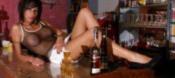 Жительницы итальянского города ополчились на сексуальную барменшу