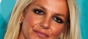 Бритни Спирс разнервничалась и искусала пальцы до крови