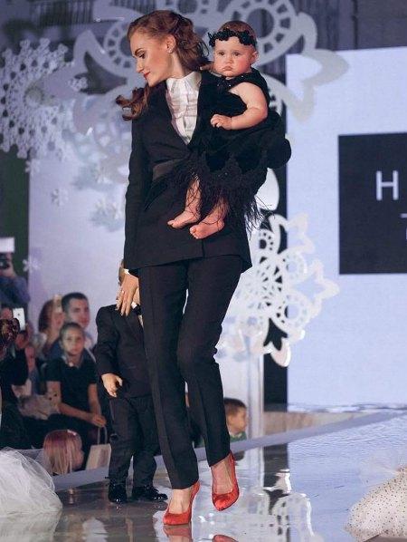Слава прошлась по подиуму с самыми юными участниками показа - двухлетним сыном и годовалой дочкой