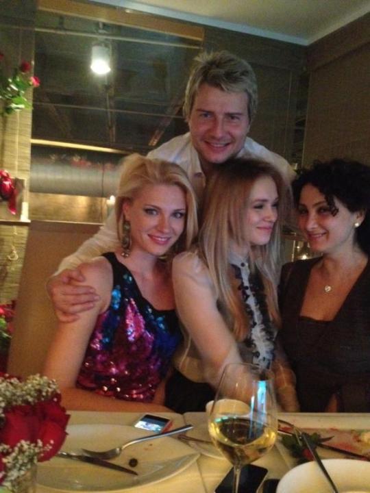 Басков с новой прической и новыми девушками