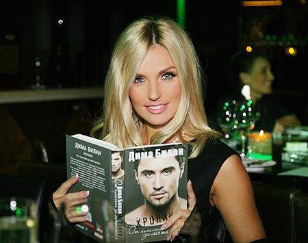 Саша Савельева сделала вид, что читает