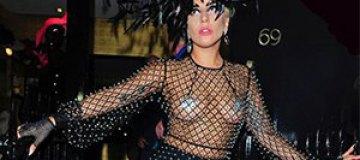 Располневшая Леди Гага одела прозрачное платье с наклейками на сосках