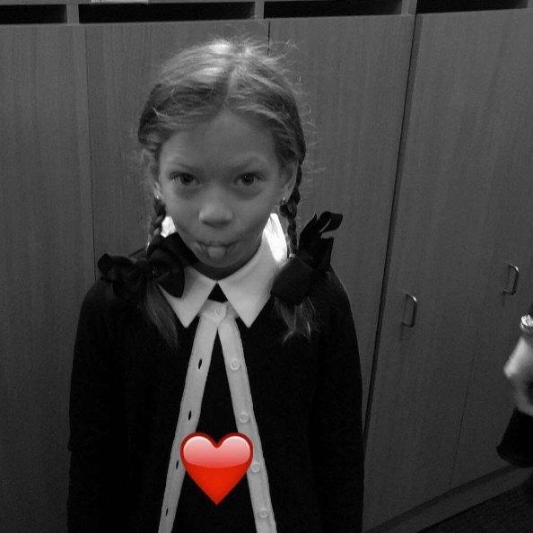 Младшая дочь Веры Брежневой Сара Киперман впервые пошла в школу в этом году
