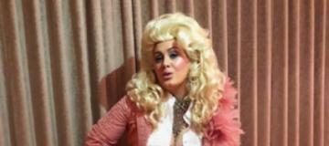 Розовые перья и жгучий блонд - Адель в необычном образе