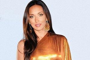 Алсу в золотом платье сравнили с блестящим самоваром