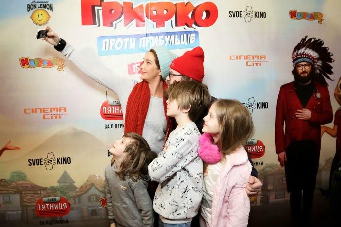 Снежана Егорова и все трое детей, на которых платит алименты Антин Мухарский