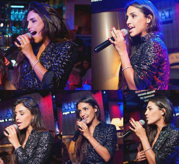 """Санта Димопулос вспомнила, что когда-то была певицей и """"дорвалась до микрофона"""" на дне рождения подруги в Москве"""