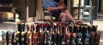 Арнольд Шварценеггер чистит ковбойскую обувь