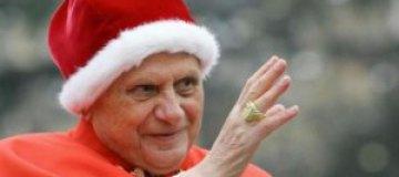 Папа Римский с планшета управляет рождественской елкой