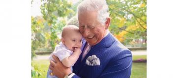 Принц Чарльз с младшим внуком на руках появился на обложке журнала