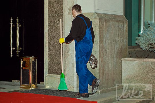 В то время как внутри находилась элита, уборщик гостиницы приводил в порядок парадный вход