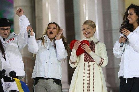 Юлия Тимошенко и Наталья Могилевская (по центру)