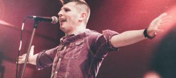 Лидер украинской рок-группы провалился под сцену во время выступления