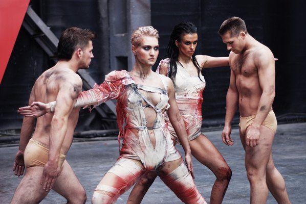 В съемках клипа приняли участие 30 оголенных парней