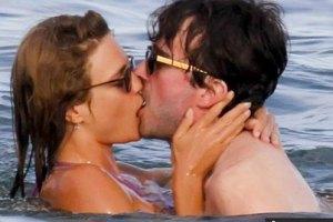 Водянова целовалась с новым парнем в море