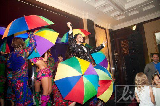 Филипп Киркоров эффектно выпрыгивает из зонтиков