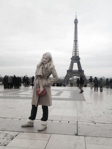 Мика Ньютон на прогулке в Париже