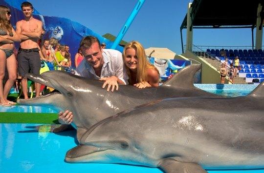 Принц Романов и Лена Ряснова охотно позировали с дельфином
