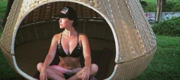 """Астафьева в Таиланде хвастает формами и ругается с """"инста-мамами"""""""