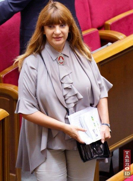 Оксана Корчинская в пепельных воланах
