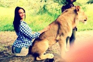 Водонаева схватила льва за причинное место