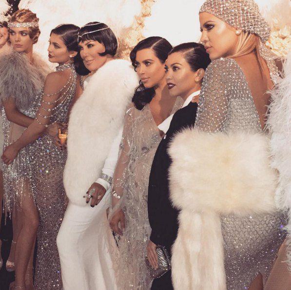 Крис Дженнер (в белом в центре) со своими дочерями