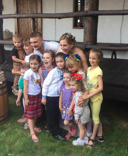 Молодожены с самыми младшими гостями свадьбы