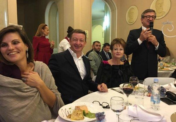 Олигарх и нардеп Сергей Тарута тоже пришел поздравить пару