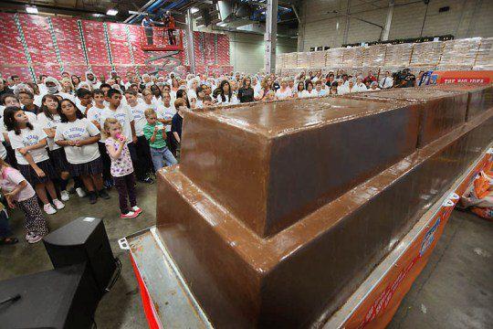 Рабочие и гости собрались перед самой большой шоколадкой в мире в Чикаго, штат Иллинойс