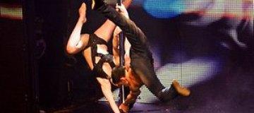 Мини-спектакль танцев на пилоне