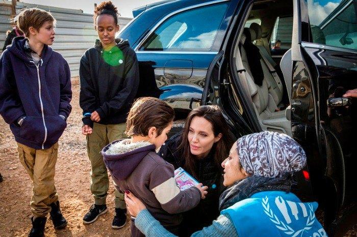 Анджелина Джоли с дочками приехала в лагерь сирийских беженцев
