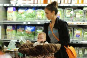 Джессика Альба прокатила дочь в продуктовой тележке