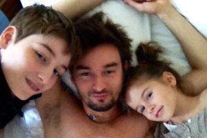 Алан Бадоев в отпуске нянчится с детьми