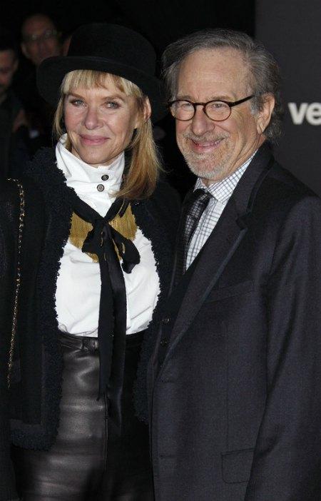 Кинорежиссер Стивен Спилберг с супругой