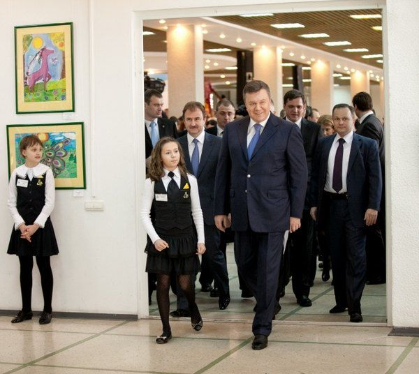 Президент в третий раз посещает выставку