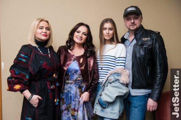 София Ротару (вторая слева) с семьей