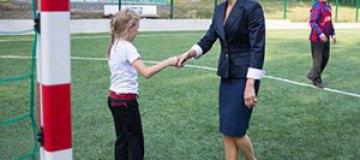 Первая леди Украины ради детей босиком стала на ворота