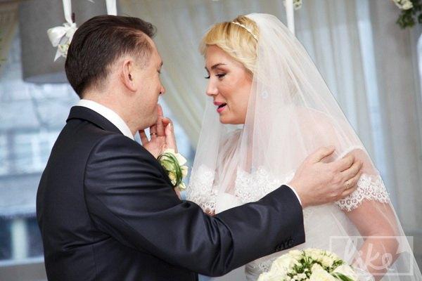 Наталья бережно вытирает помаду на губах у супруга Мельниченко...