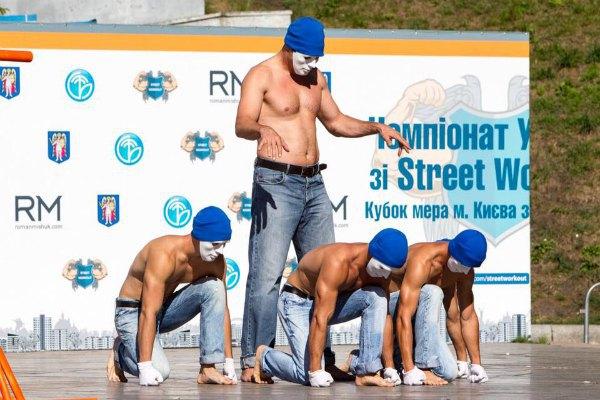 Виталий Кличко (стоит в центре) показал свой уже не слишком спортивный торс на чемпионате по уличному спорту