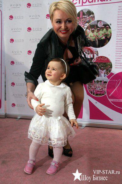 Певица отдала маленькую Эмилию на воспитание бабушке