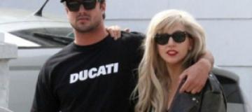 Леди Гага подарила бойфренду бездомную кошку