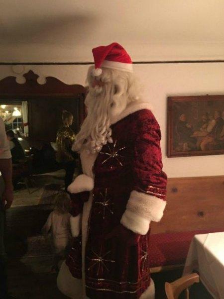 Маленькая Кайя-Евдокия убегает от дяди-Деда Мороза?