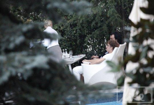 Киркоров и Галкин в баре у бассейна в парке на территории гостиниці