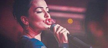 Даша Астафьева соблазнила фотографа на сцене