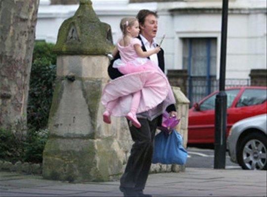 Пол Маккартни с маленькой Беатрис