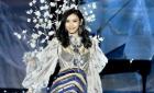 Китайская модель упала на подиуме во время шоу Victoria's Secret