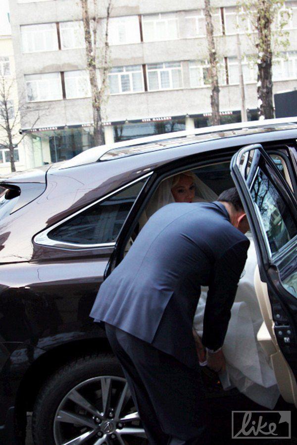 Мельниченко помог Розинской аккуратно выйти из автомобиля
